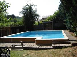 And our heated pool 8x6x1.85 so deep that you share with the holiday of our two other cottages. It's always fun at the pool. The children often play together. The pool is located in a piece of communal garden. It is 70-80 m 'of the house Celine.