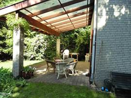 Hier ziet u het grote, overdekte terras, waardoor u altijd buiten kunt zitten (ook bij slecht weer)