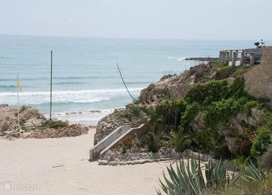 Voor de naturisten zijn er tussen Vilanova en Sitges vele kleine strandjes waar u in alle rust de kleren uit kunt doen er zijn er ook die een strandtentje met ligstoelen hebben.