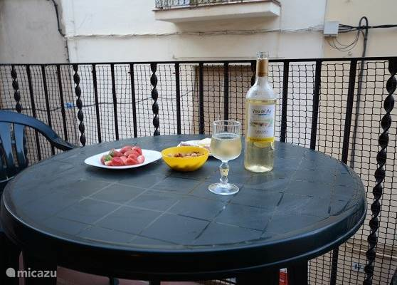 Op de twee typische Spaanse balkonnetjes is het heerlijk genieten van een hapje en een drankje.
