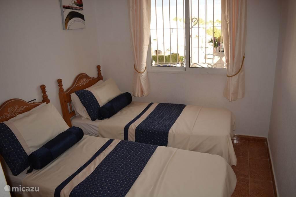 Slaapkamer met 2 x eenpersoonsbed op de 1ste verdieping voorzien van een inbouwkast voorzien van airconditioning