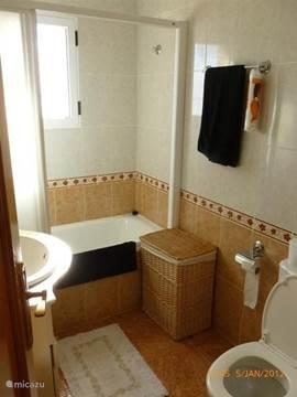 Badkamer met ligbad op de verdieping