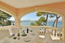 Prachtig uitzicht over de middelanse zee.... de baai van Pollensa...(Gelegen tussen Alcúdia en pto. Pollensa). Ruim terras. Plaats voor 6-8 aan tafel.