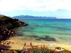 Strand St. Pere. Spectaculair strand met uitzicht op de meest Noordelijke punt van Mallorca: Formentor (gezien in de film Cloud Atlas met Tom Hanks en Hale Barry).