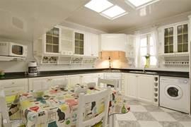 Heel ruime keuken.