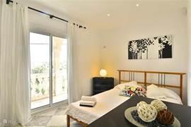 Alle slaapkamers hebben toegang tot het balkon met schuifdeuren.