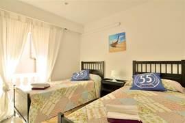 Slaapkamer met toegang balkon.