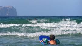 Soms zijn er lekkere golven for surf en bodyboard!
