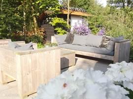 Mooi terras met houten loungeset
