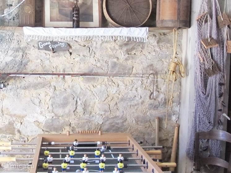 The kelder, met visgerei, tafelvoetbal en darts