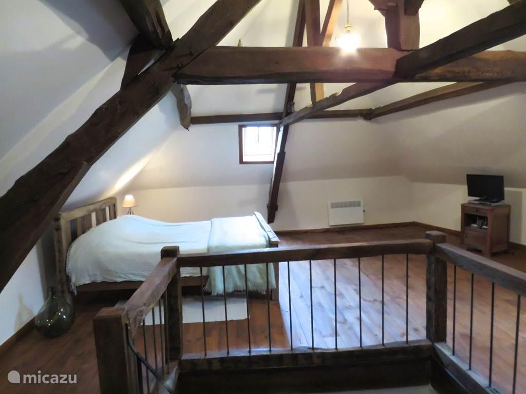 Voor een extra E300,- kunt u de zolder bij huren in de maanden July & Augustus. Hier staat een dubbel bed en is er een aparte badkamer (douche/wastafel en toilet) Prachtig uitzicht over de brug en rivier. In totaal is er dan plaats voor 8 personen. Extra bed mogeljk