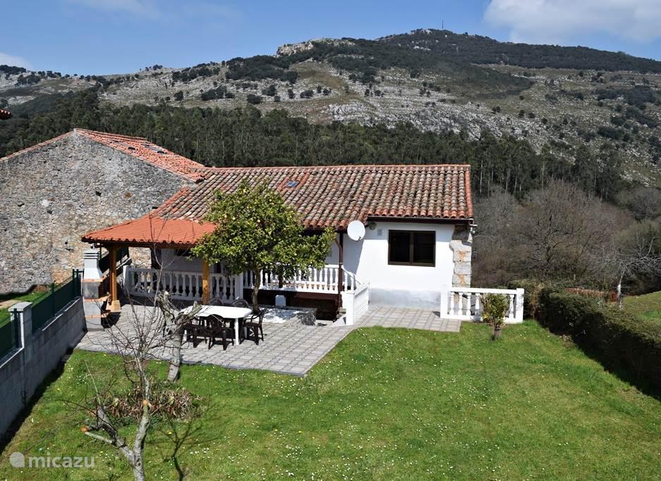 De woning, het terras en Peña Cabarga.