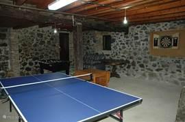 90m2 speelruimte in het souterrain met tafeltennis, voetbal tafel en dartbord.