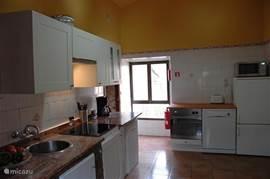 In 2013 gemoderniseerde keuken met inductiekookplaat, combi magnetron, oven, vaatwasser, afzuigkap en koel/vriescombi.