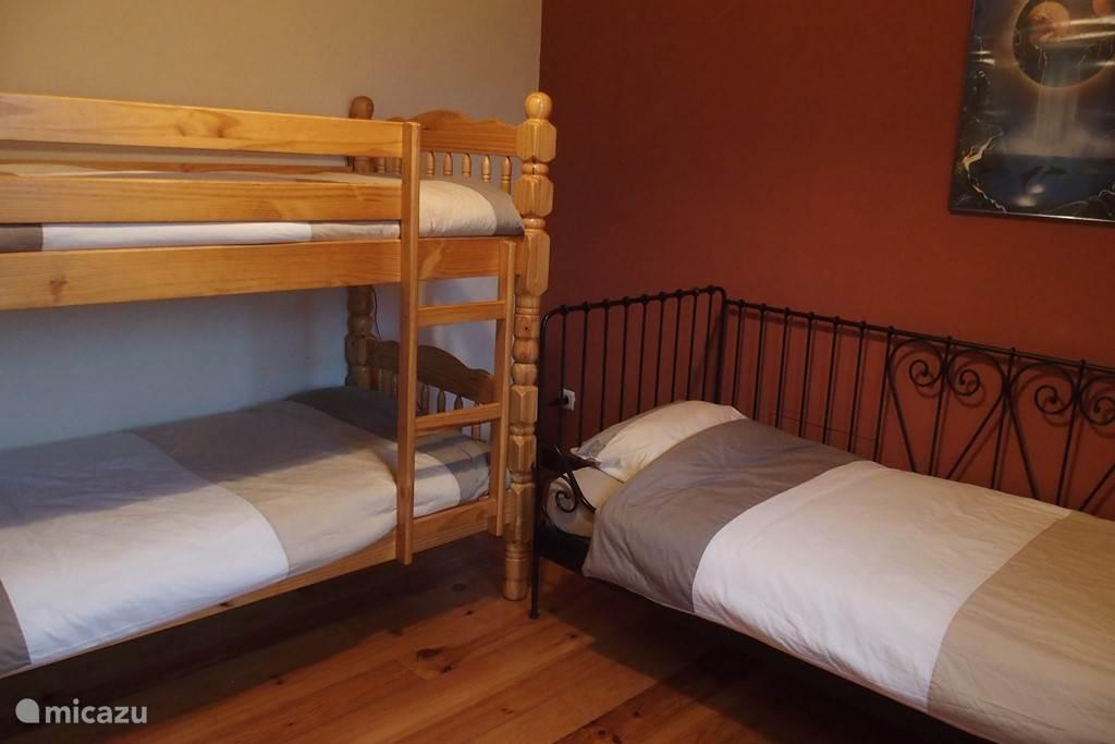 Slaapkamer 2 met een éénpersoonsbed, een stapelbed en ladekast