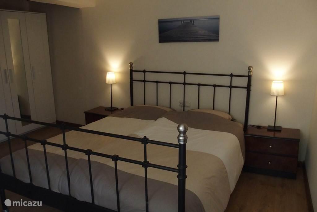 Slaapkamer 3 met een tweepersoonsbed en een kledingkast