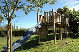 Groot speeltoestel voor de kids in de tuin.
