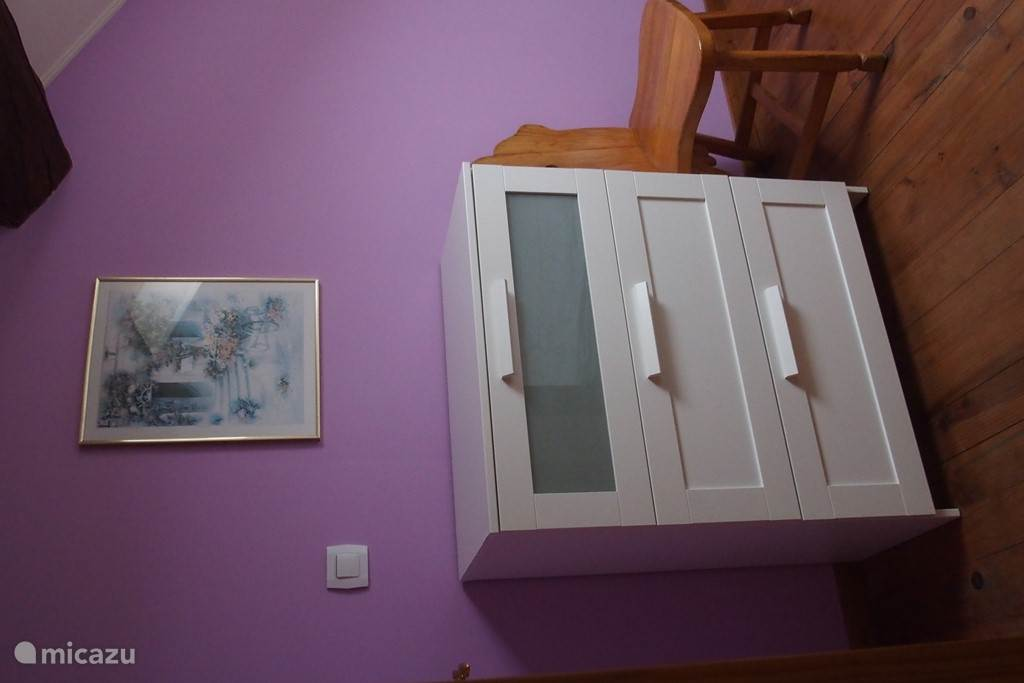 Slaapkamer 4 met twee éénpersoonsbedden en een ladekast.