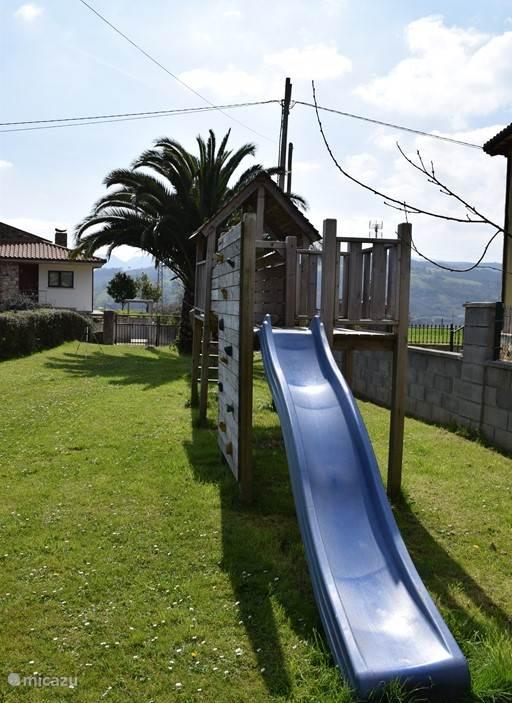 De tuin met speelhuis voor de kinderen