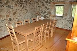 Eetkamer met 2 tafels, 10 stoelen en een buffetkast. In de woning zijn extra stoelen aanwezig om uit te breiden tot 12. Er kunnen dan twee tafels met 6 stoelen neergezet worden.