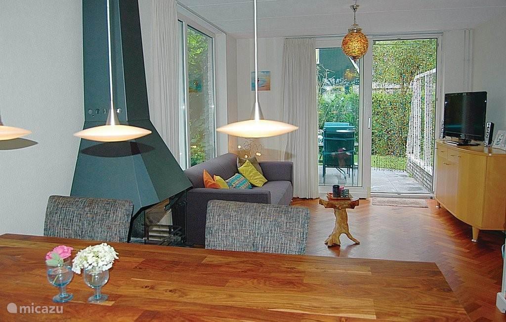 Prettige woonkamer met schuifpui naar het tuinterras