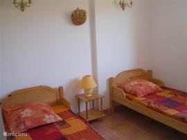 Slaapkamer op de begane grond met 2 eenpersoonsbedden.