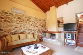 Zitgedeelte woonkamer met TV en open haard