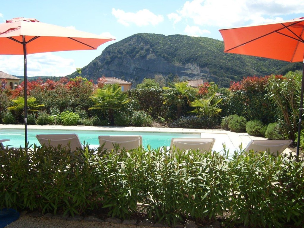 wk. 1-8 juli nu  € 1195: nog 3 schitterende vrijstaande villa's met verwarmd prive zwembad, AIRCO in slaapkamers; tennisbn, a.d. rivier de Ardèche