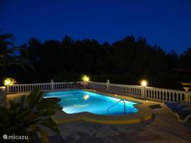 Zwembad bij nacht