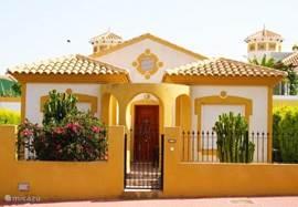Het vooraanzicht van villa Antojo op de Mazarrón Country Club