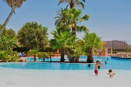 Het gezamelijke zwembad van de Mazarrón Country Club van een andere hoek