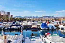 De haven Puerto de Mazerrón waar u gezellig langs kunt wandelen en de boten ziet komen en gaan.