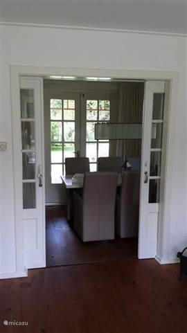 de suitedeuren die toegang geven tot de eetkamer