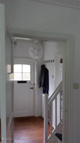 de hal met de trap naar boven