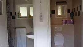 de badkamer en toilet bevinden zich in de bijkeuken