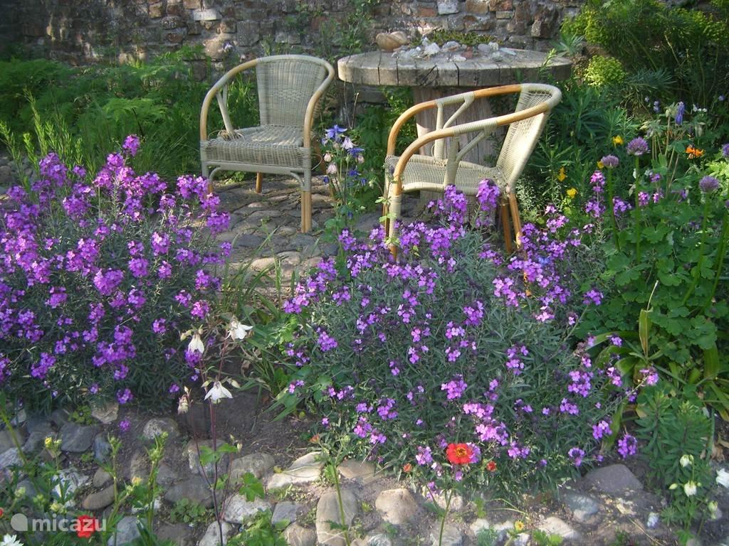 Knusse hoekjes in een van de tuinen