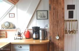 deel van woonkeuken met koffie en thee etc. En natuurlijk alles om heerlijk zelf te koken.
