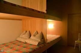 Bedsteekamer met 4 maal tweepersoons bedden. Heerlijke speel/slaapplek voor kinderen. Lekker stil en donker. Maar wel vlakbij de living en badkamer.