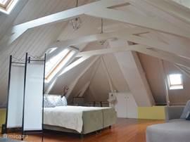 Familie-Slaapkamer 2. met uitzicht op de terp en ulebord. 2 persoons groot bed en tevens bedbank voor 1 of 2 personen.
