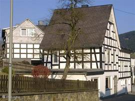 Ons knusse vakwerkhuis aan de Dorfstrasse in Schmallenberg-Westfeld.
