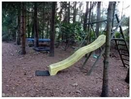 Speeltoestellen op eigen terrein, onze  bostuin beschikt over een schommel, glijbaan, zandbak en grote trampoline!