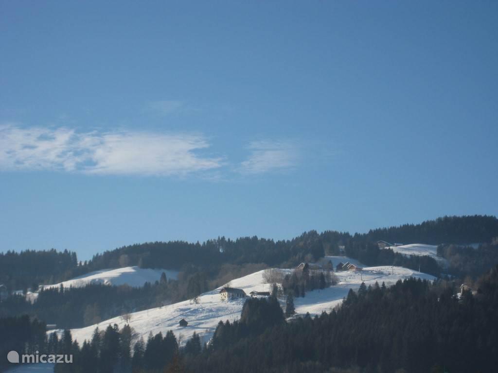 In de winter vanuit de tuin een prachtig uitzicht op de piste van Kötschach
