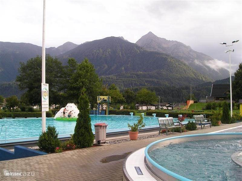 Ook in Kötschach niet ver lopen van het huisje, een prachtig buiten/binnenzwembad met ligweide en uitzicht op de prachtige bergen.