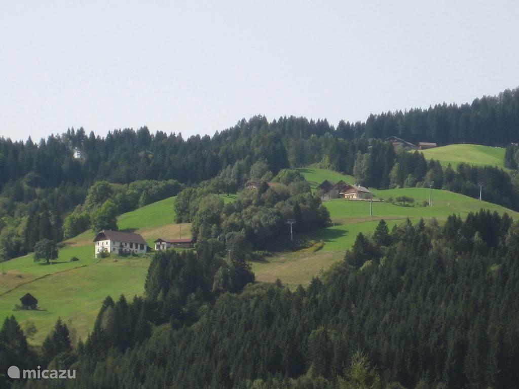 In de zomer vanuit de tuin een prachtig uitzicht op de piste van Kötschach