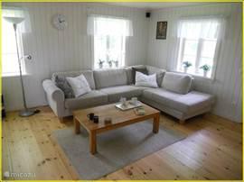 De stuga is in 2010 helemaal gerenoveerd en heeft een lichte uitstraling. In de woonkamer staat een fijne hoekbank.