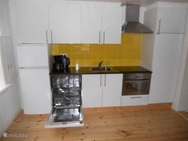 Een complete en ingerichte keuken staat voor u klaar. Koel/Vries combinatie, vaatwasser, combimagnetron, eettafel en stoelen.