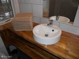 Een fijne badkamer met vloerverwarming.