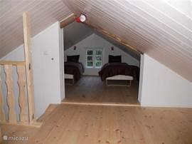 De slaapverdieping is over de gehele verdieping open. In twee delen, maar geheel open. Door de grote biedt het iedereen voldoende ruimte.