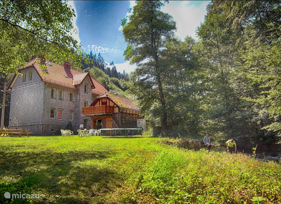 Het huis gezien vanuit de tuin