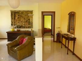 woonkamer Francesca met door-kijk naar de groene slaapkamer
